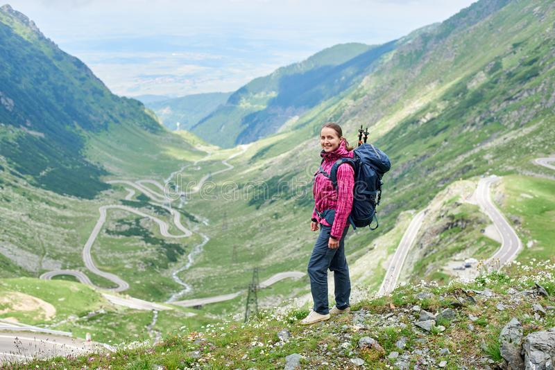 La muchacha se coloca en fondo de la mayoría del camino hermoso en Europa imagen de archivo