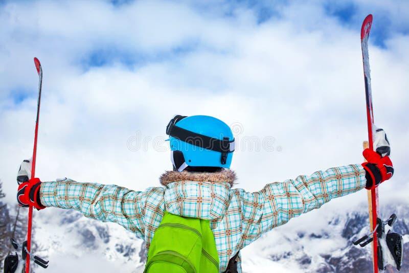 La muchacha se divierte en el esquí imagenes de archivo