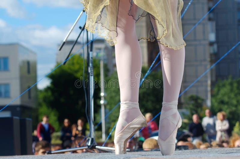 La muchacha se está colocando en pointe en una escena al aire libre de la calle Acceso libre para la fotografía foto de archivo