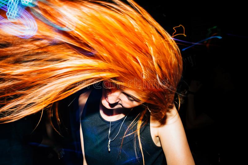 La muchacha se está divirtiendo en los fines de semana, bailando en el disco Música ligera foto de archivo