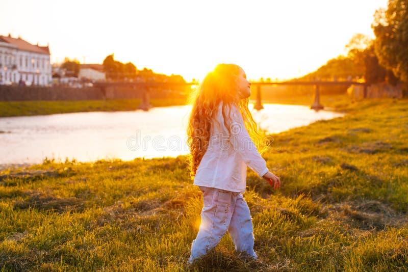 La muchacha se está divirtiendo que camina al aire libre fotos de archivo