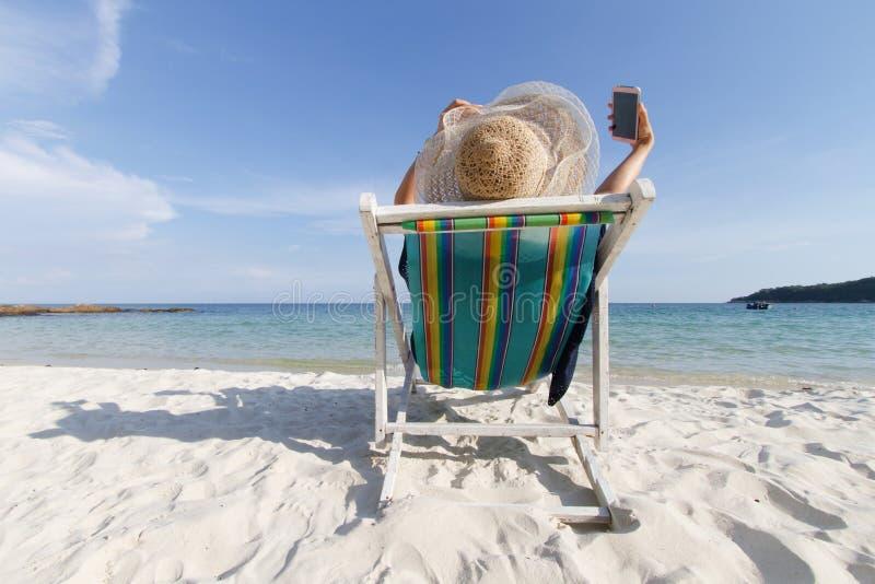 La muchacha se relaja en la playa el vacaciones fotos de archivo