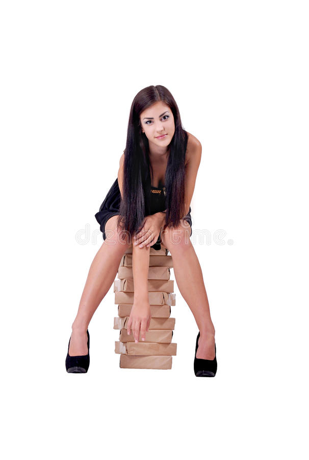 La muchacha se sienta encima del papel A4 foto de archivo libre de regalías