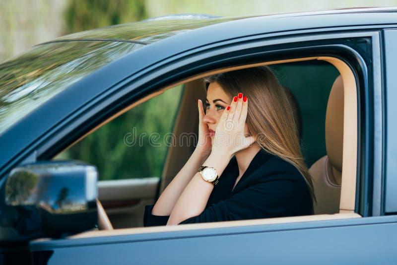 La muchacha shoked y susto antes de accidente en el camino imagenes de archivo