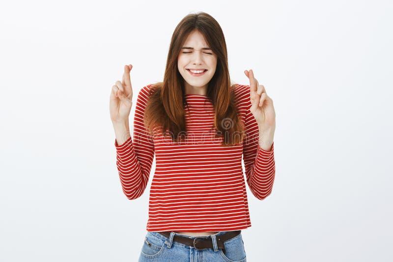 La muchacha soñadora puso esfuerzos de las porciones para hacer que el sueño viene verdad Mujer apuesta, dedos índices preocupant fotos de archivo libres de regalías