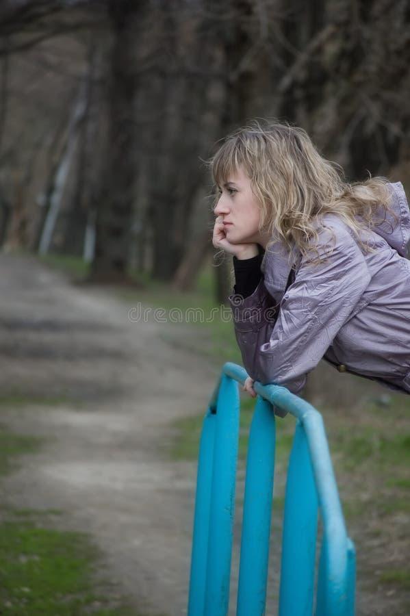 La muchacha sola desea en parque fotografía de archivo libre de regalías