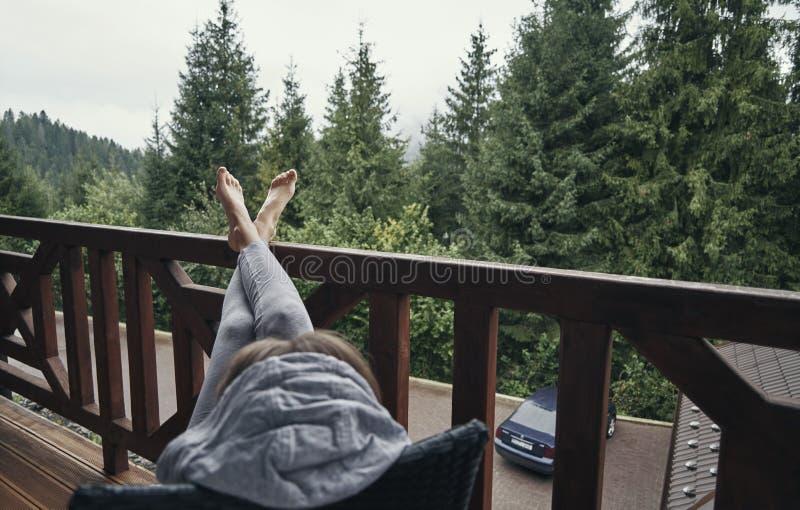 La muchacha sola goza del aire fresco en la naturaleza por la ma?ana fotos de archivo