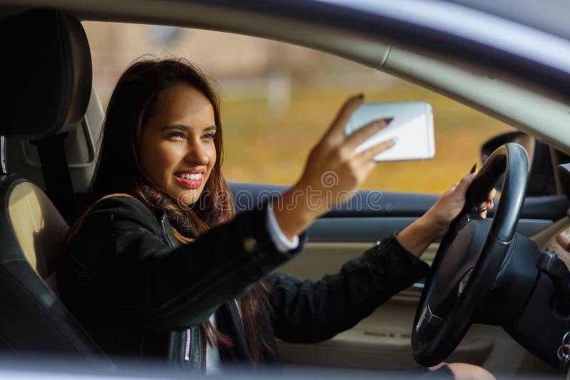 La muchacha sonriente está tomando el selfie fotos de archivo libres de regalías