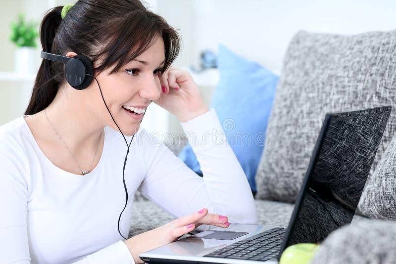 La muchacha sonriente recibe una llamada video imágenes de archivo libres de regalías
