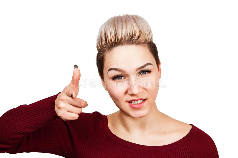 La muchacha sonriente sostiene la pistola de los fingeres Aislado en el fondo blanco imagenes de archivo