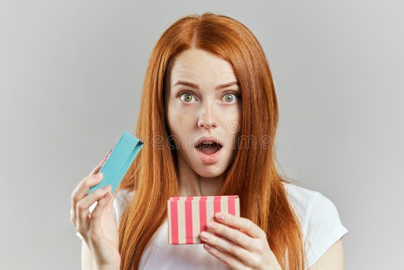La muchacha sorprendida ha perdido su joyería imagen de archivo libre de regalías