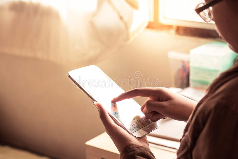 La muchacha sostenía una tableta imagenes de archivo
