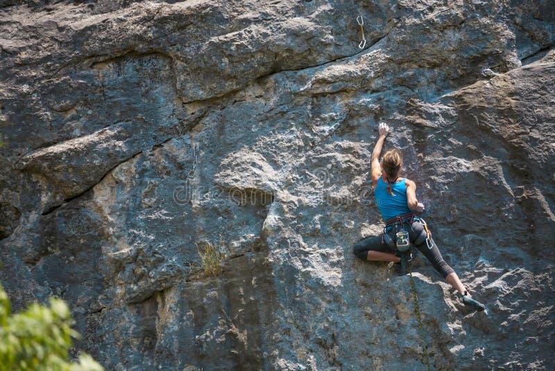 La muchacha sube la roca fotos de archivo libres de regalías