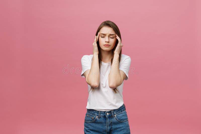 La muchacha sufre de dolores de cabeza terribles y comprime la cabeza con los fingeres Olvide y recuerde algo, sufra de fotos de archivo