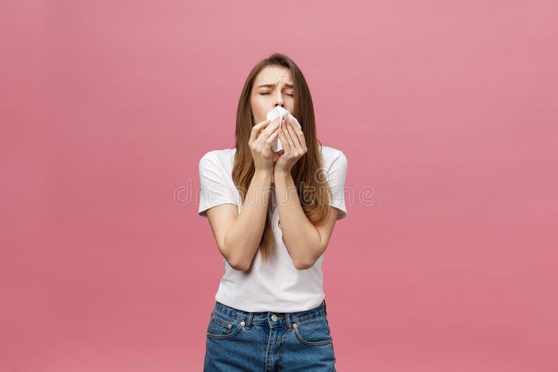 La muchacha sufre de dolores de cabeza terribles y comprime la cabeza con los fingeres Olvide y recuerde algo, sufra de imagen de archivo libre de regalías