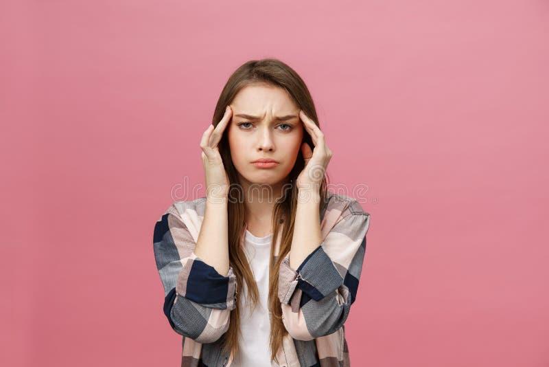 La muchacha sufre de dolores de cabeza terribles y comprime la cabeza con los fingeres Olvide y recuerde algo, sufra de imagen de archivo