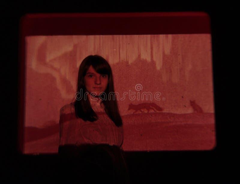 La muchacha teniendo en cuenta el proyector - tundra y lobos imagen de archivo