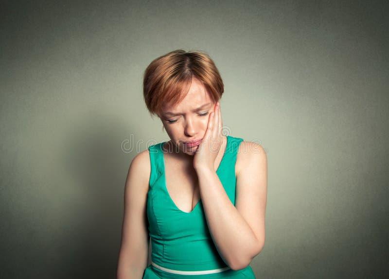 La muchacha tiene un dolor de diente fotos de archivo libres de regalías