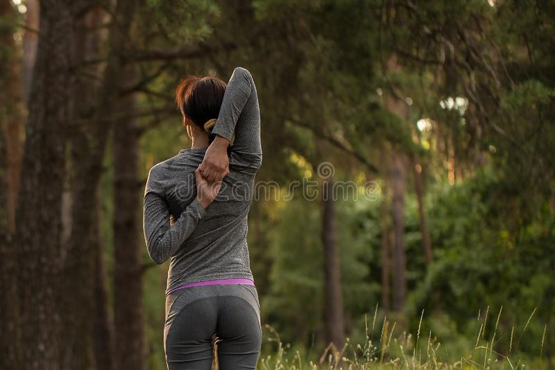La muchacha toma deportes en naturaleza foto de archivo libre de regalías