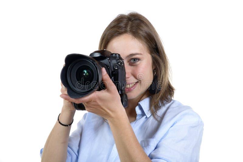 La muchacha toma una foto con la cámara digital fotos de archivo