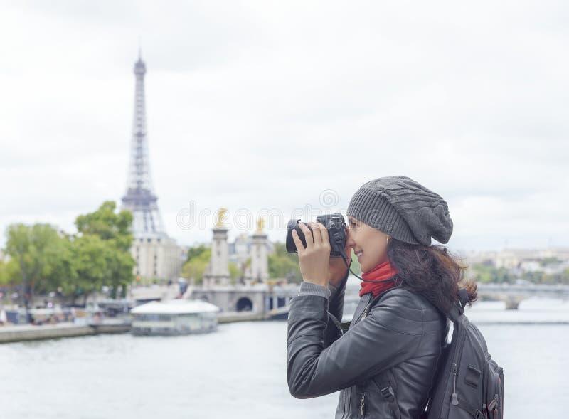 La muchacha tomada representa la torre Eiffel fotos de archivo libres de regalías