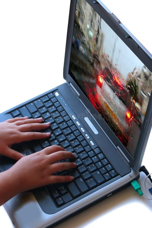 La muchacha trabaja en un ordenador. foto de archivo