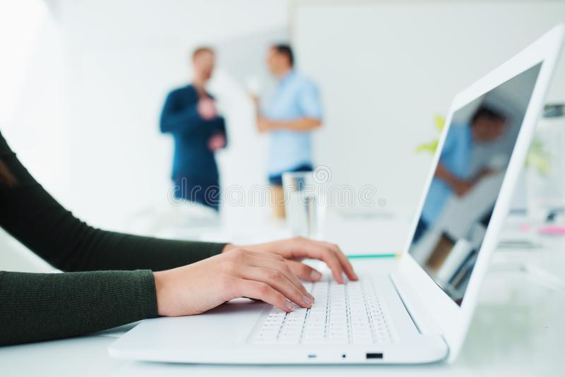 La muchacha trabaja en una computadora portátil Concepto de distribución y de interconexión de Internet imagen de archivo