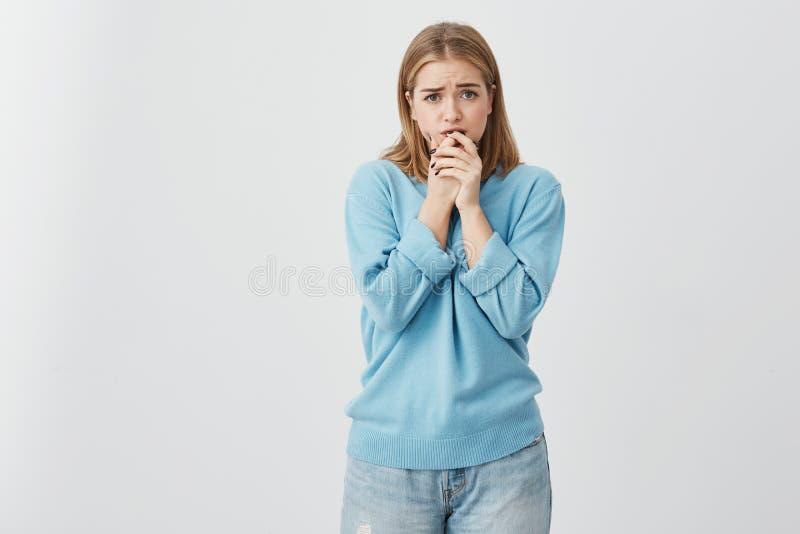 La muchacha trastornada vistió ocasional llevar a cabo sus manos en su barbilla que era asustada después de lo que ella lo hizo J imágenes de archivo libres de regalías