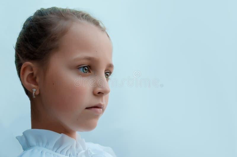 La muchacha triste y mira específicamente en la distancia foto de archivo libre de regalías