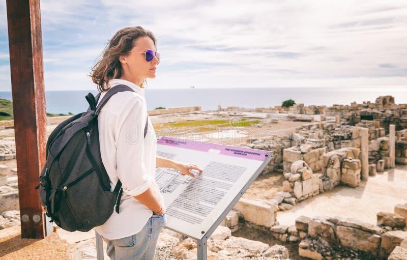 La muchacha turística atractiva joven camina con el m arqueológico foto de archivo libre de regalías