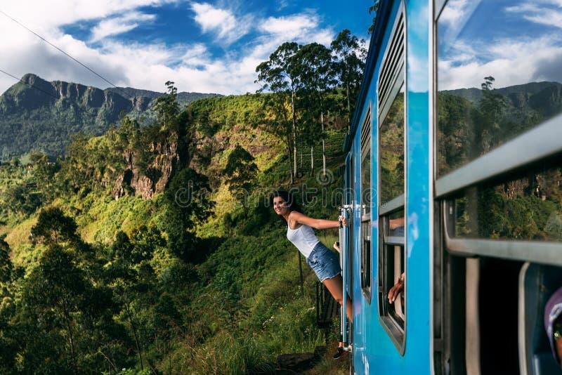 La muchacha viaja en tren a los lugares hermosos fotos de archivo libres de regalías