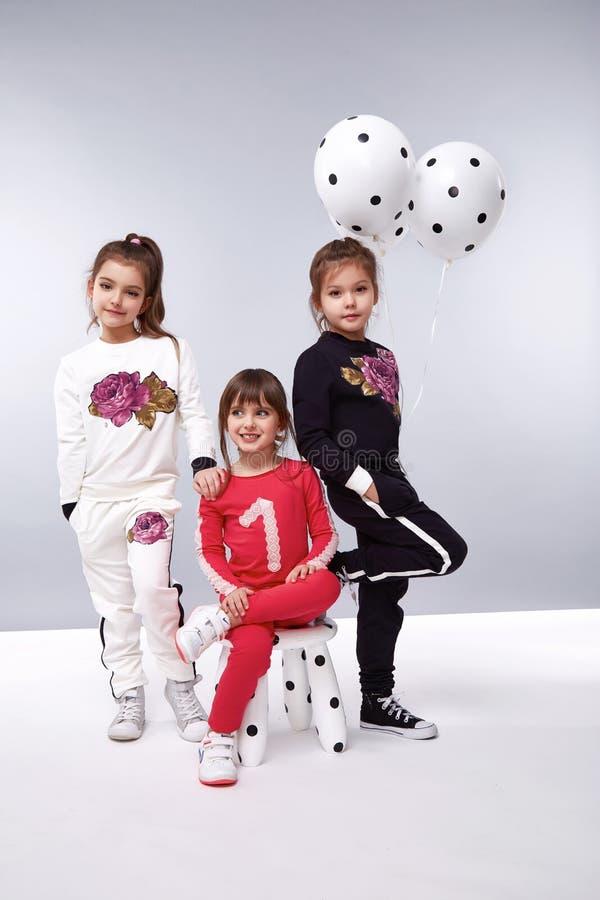 La muchacha viste la pequeña moda del cumpleaños de los pequeños globos de la colección fotografía de archivo libre de regalías