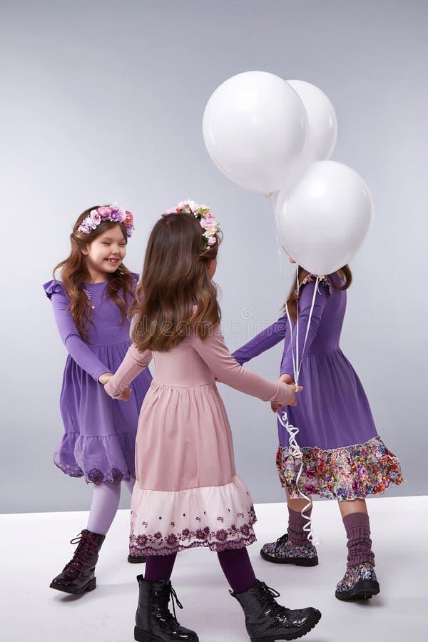 La muchacha viste la pequeña moda del cumpleaños de los pequeños globos de la colección imagen de archivo libre de regalías