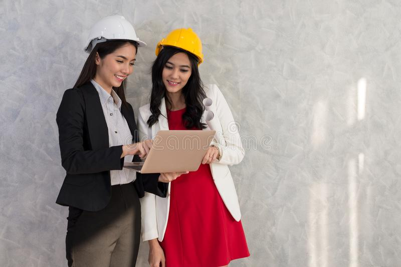 La muchacha y el ingeniero del negocio con la gente asiática trabajan con el ordenador portátil AR fotografía de archivo libre de regalías