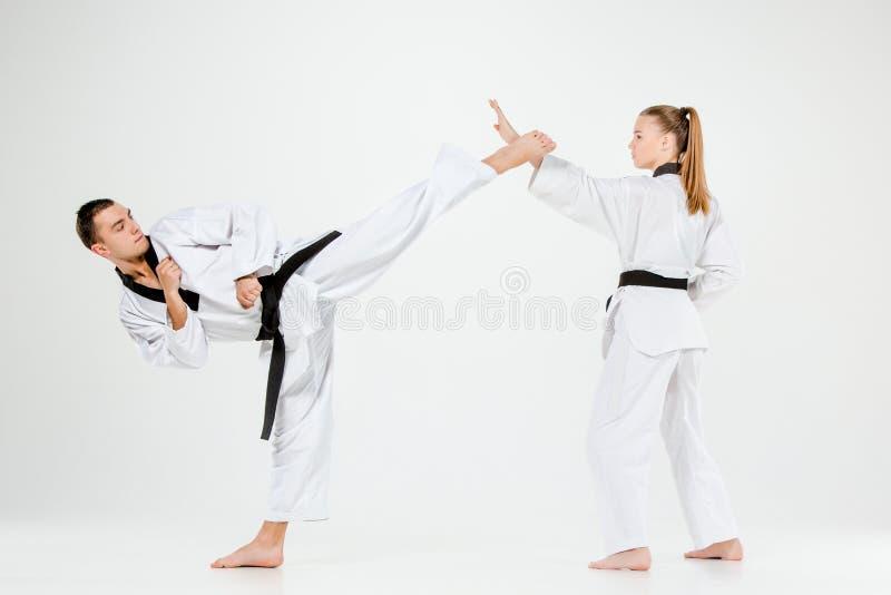 La muchacha y el muchacho del karate con las correas negras fotografía de archivo libre de regalías