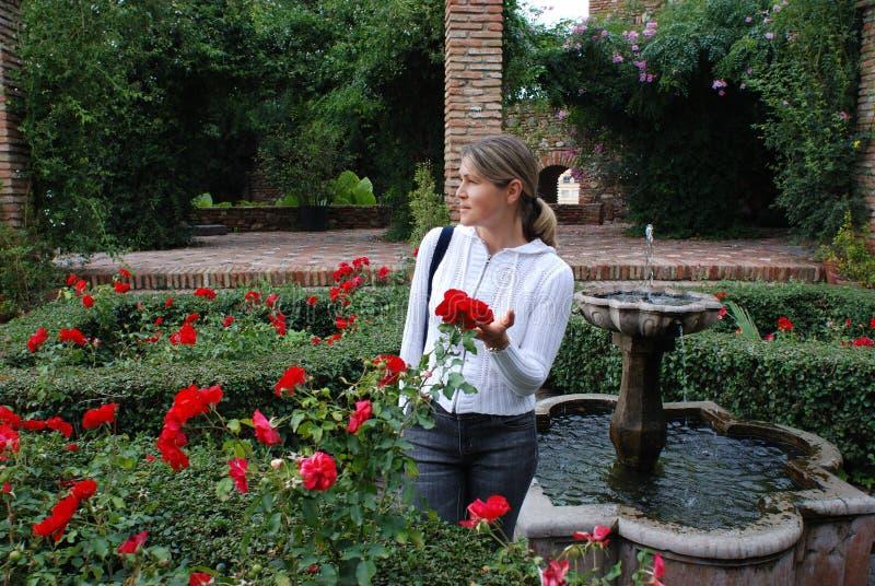 La muchacha y las flores foto de archivo libre de regalías