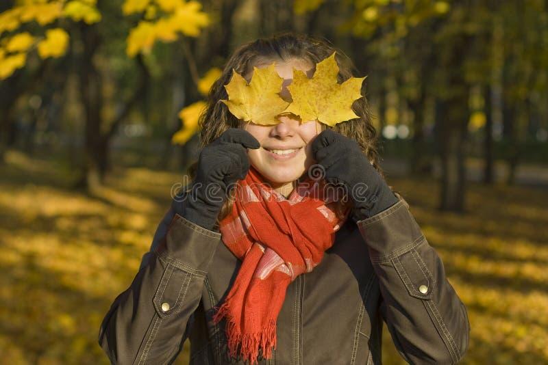 La muchacha y las hojas fotos de archivo libres de regalías