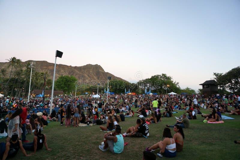 La muchedumbre cuelga hacia fuera en el césped en el concierto de MayJah RayJah fotos de archivo