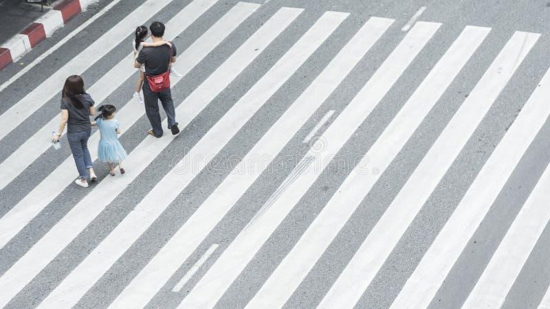 La muchedumbre de gente y el grupo de familia con el niño caminan en el PE de la calle imágenes de archivo libres de regalías