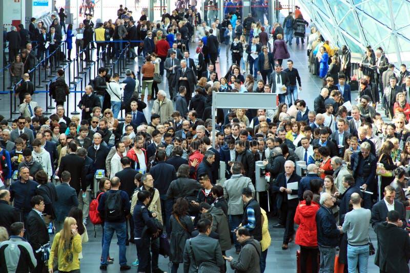 Rho Fiera, muchedumbre de la gente foto de archivo