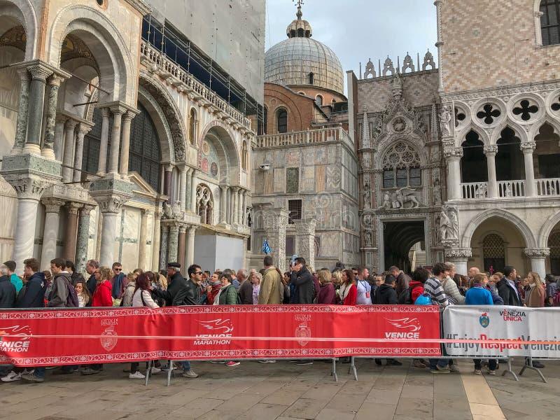 La muchedumbre de turistas espera en línea para entrar en la basílica di San marcha fotografía de archivo