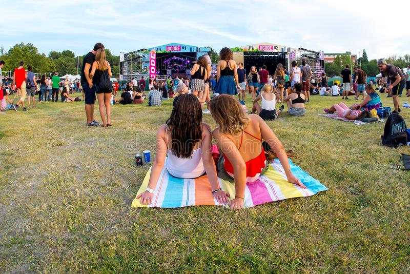 La muchedumbre en un concierto en el festival de música de Dcode fotos de archivo