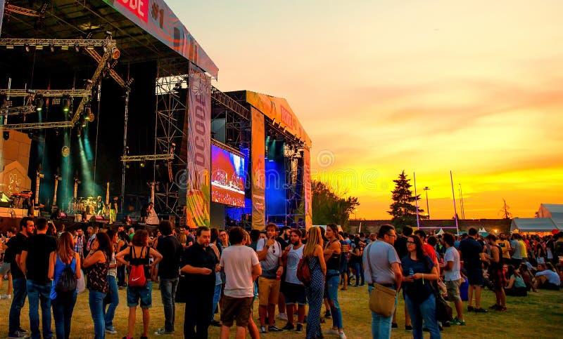 La muchedumbre en un concierto en el festival de música de Dcode fotos de archivo libres de regalías