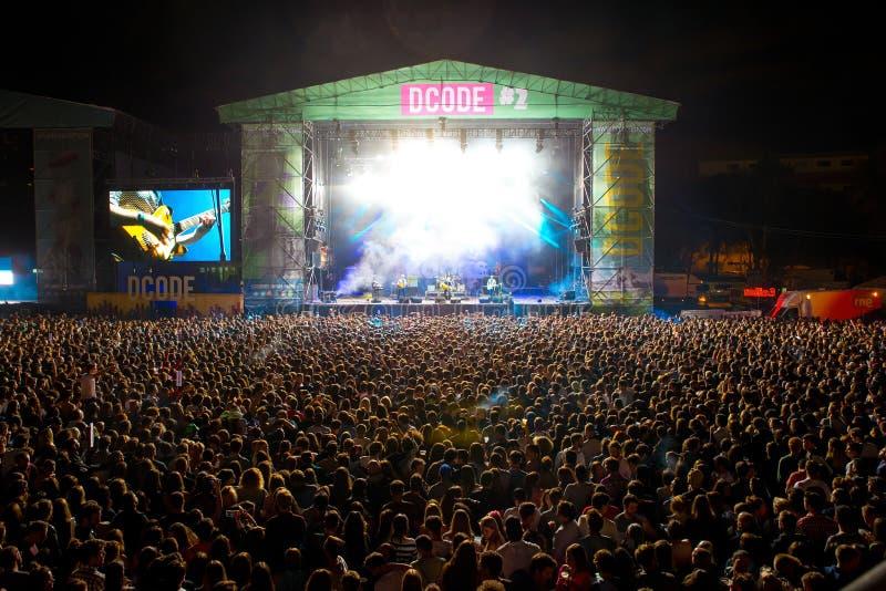 La muchedumbre en un concierto en el festival de música de Dcode foto de archivo