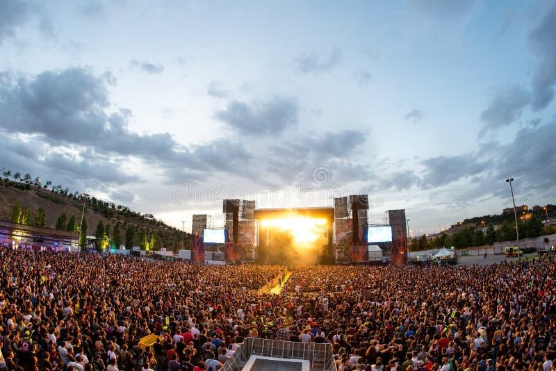 La muchedumbre en un concierto en el festival de música de metales pesados de la transferencia directa foto de archivo libre de regalías