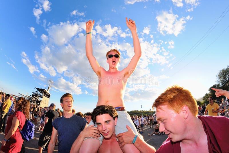 La muchedumbre se divierte en un concierto en el festival de la BOLA imagenes de archivo