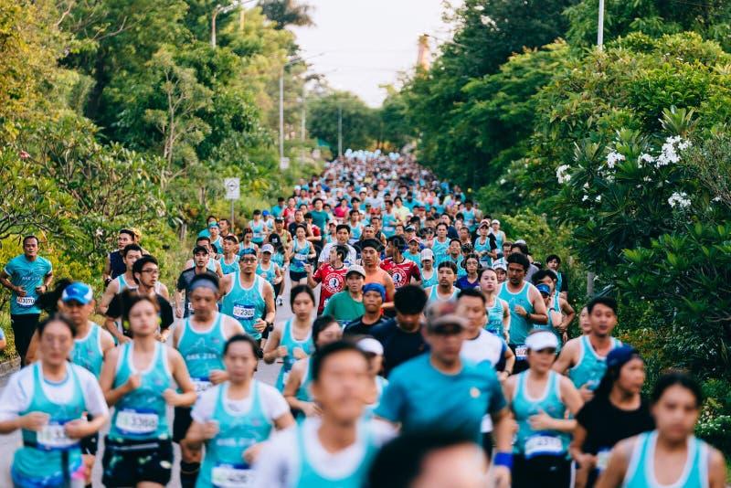 La muchedumbre y la diversidad de la gente, de hombres y de mujeres por la mañana son funcionamiento mini, mitad y maratón en el  imagen de archivo libre de regalías