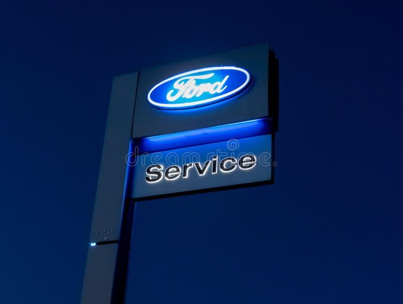 La muestra al aire libre del centro de servicio del coche de Ford imágenes de archivo libres de regalías