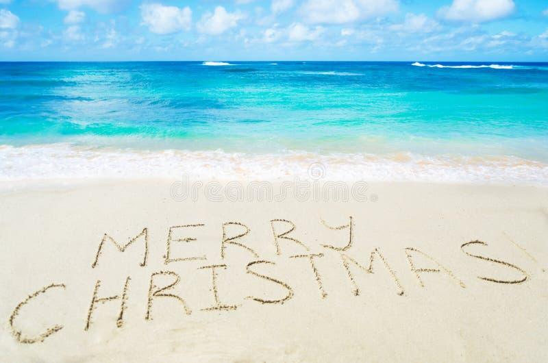 ¡La muestra casa la Navidad! en la playa arenosa imagen de archivo