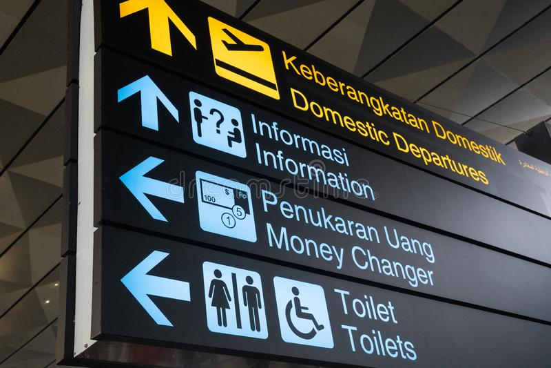 La muestra de la información en idiomas inglesas e indonesias dentro construye nuevamente la construcción del terminal 3 de Soeka fotos de archivo